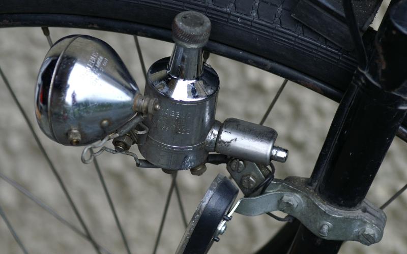 Korrekt montierter Dynamo - Beachten Sie die angezogene Schraube (den Dorn) in der Mitte der Halterung.