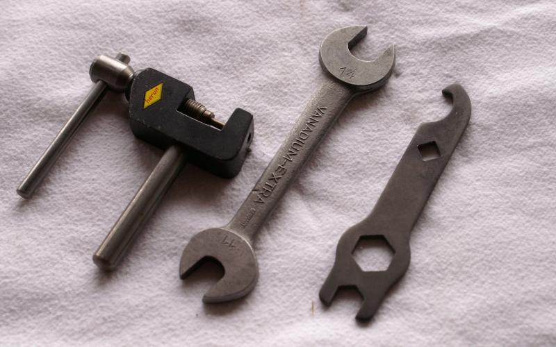Kettennieter, Gabelschlüssel und Torpedonaben-Schlüssel